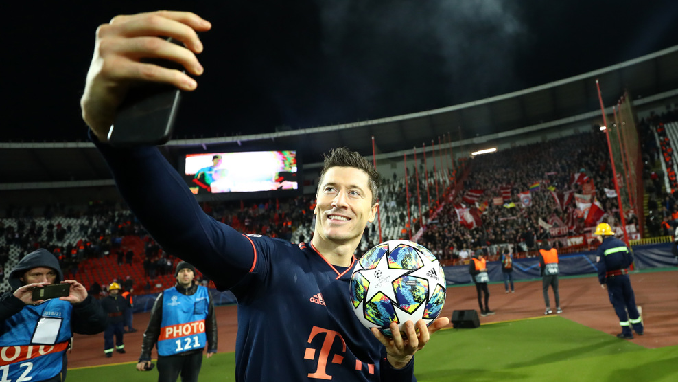 BELGRADE, SERBIA - NOVEMBER 26: Robert Lewandowski of FC Bayern Munich celebrates with the match ball following his four goals during the UEFA Champions League group B match between Crvena Zvezda and Bayern Muenchen at Rajko Mitic Stadium on November 26, 2019 in Belgrade, Serbia. (Photo by Lars Baron/Bongarts/Getty Images)